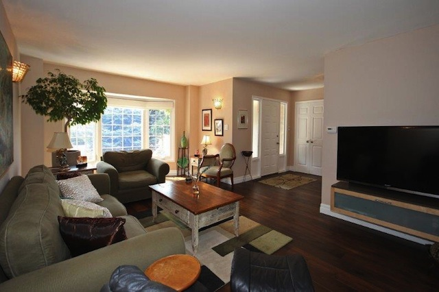 Manchester Cres Oakville. Bright and Open Family Room
